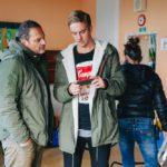 Režisér Jan Švejkar konzultuje scénu