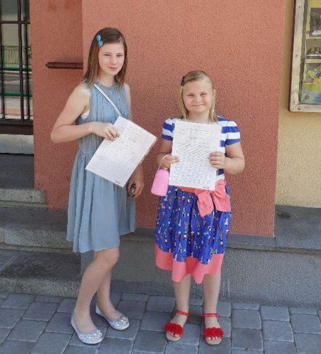 Vendulka se sestrou Luckou, vysvědčení (červen 2019)