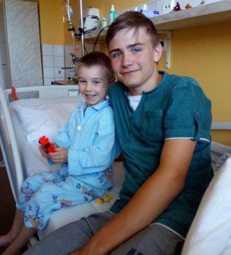 Míša sbratrem Tomášem vnemocnici, krátce po zjištění onemocnění