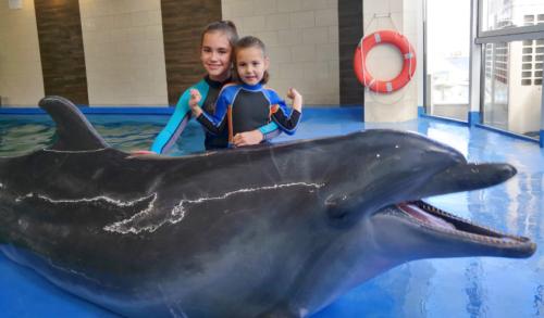 Adélka se sestrou na delfinoterapii